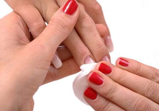 Чем снять лак для ногтей